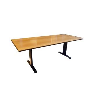 """Mesa de juntas con estructura metálica con patas en forma de""""T"""" y madera el peral claro"""