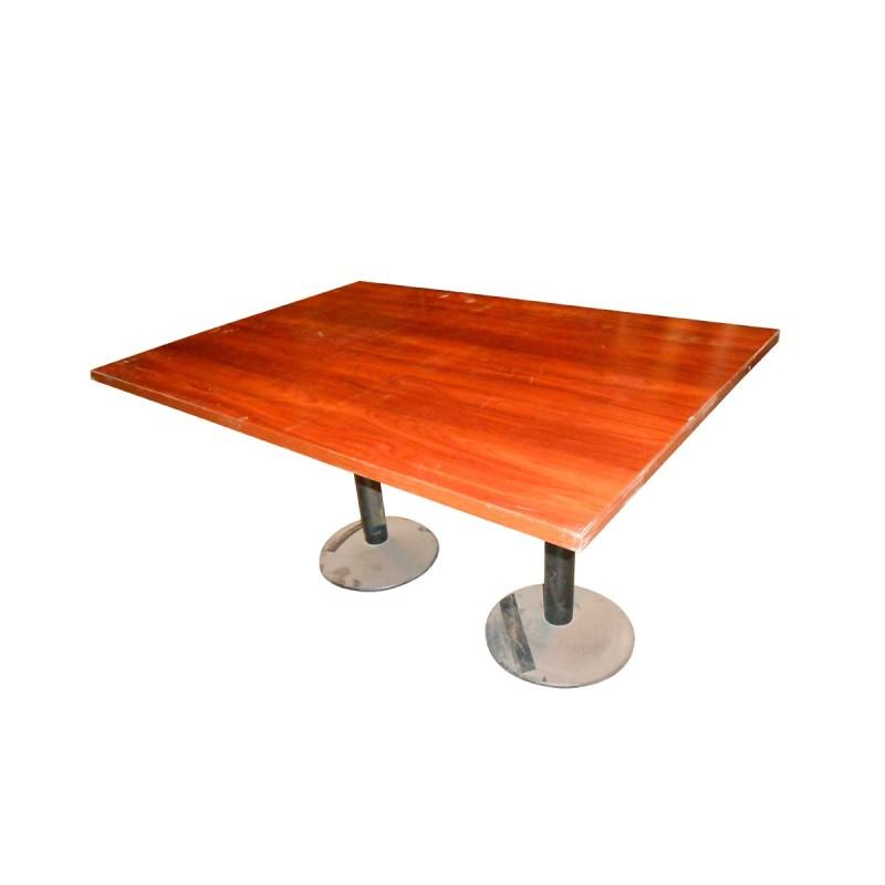 Mesa de juntas con estructura metálica con patas en peana y madera nogal brillo