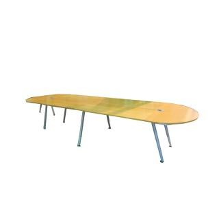 Mesa de juntas en melamina color peral y estructura metálica gris.